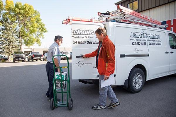 RHI Supply assisting customer with HVAC/R purchase.